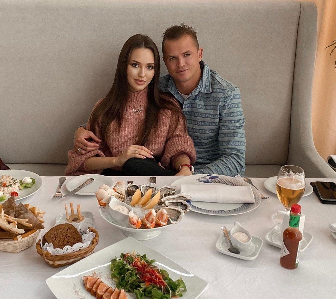 Анастасия костенко и тарасов фото из ресторана