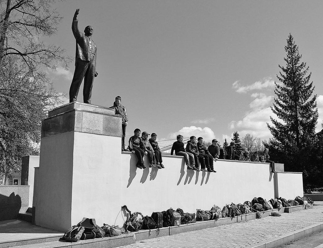 Дети, сидящие у памятника Ленину | Фото: Марина Marina