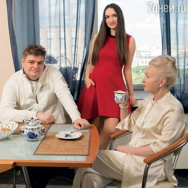Татьяна Квардакова, невестка генсека КПСС (справа), Константин Андропов, Николь, его племянница (в центре)