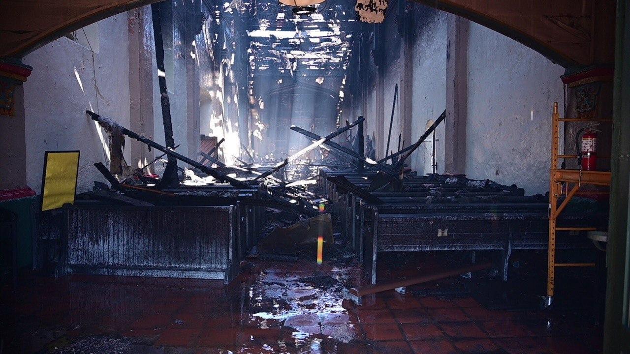 В США протестующие начали уродовать статуи Богородицы и поджигать церкви