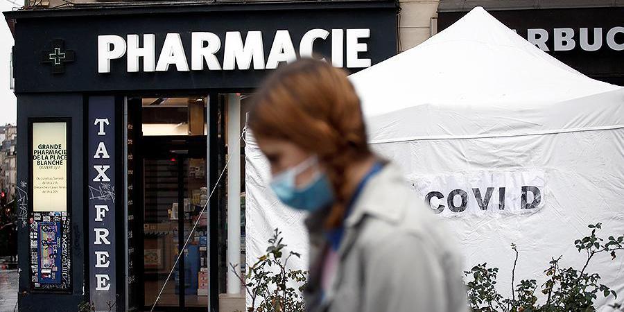 Во Франции непривитым закрывают доступ в ТЦ, рестораны и транспорт