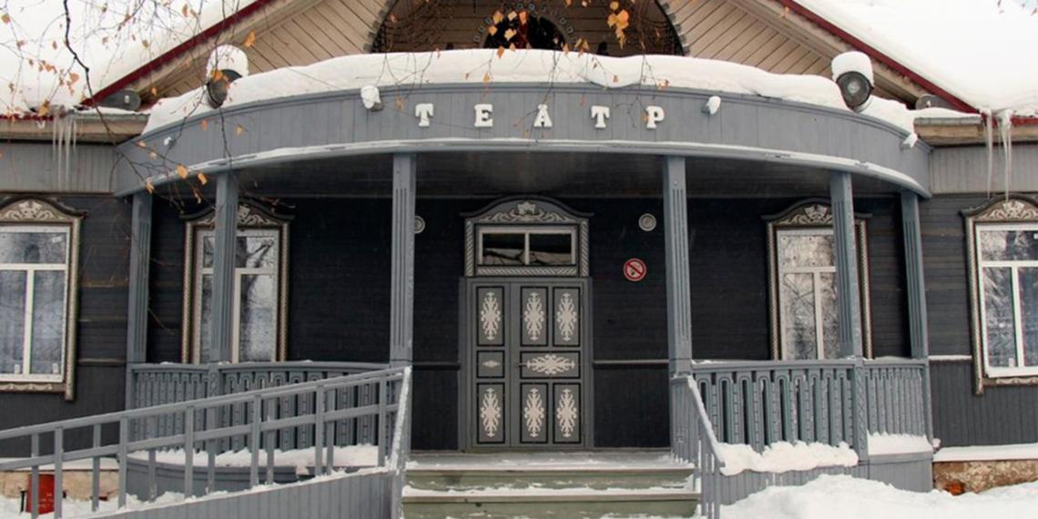 Из таежного театра уволили режиссера, который собирал деньги на новый туалет для актеров