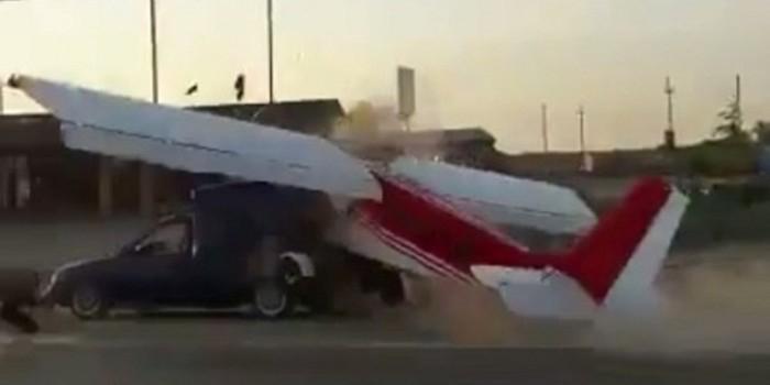 Опубликовано видео столкновения легкомоторного самолета и автомобиля в Чечне