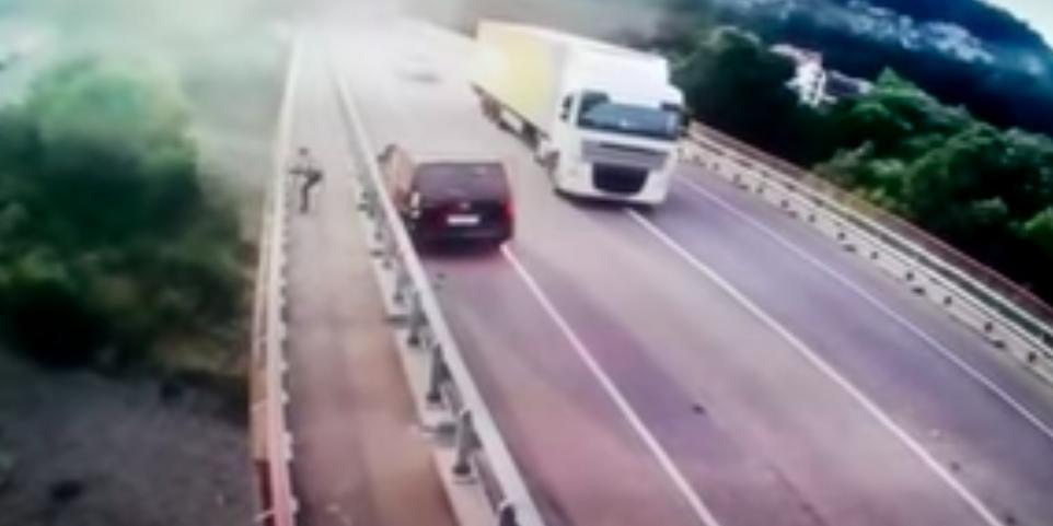 В Сочи мужчина спрыгнул с моста сразу после ДТП