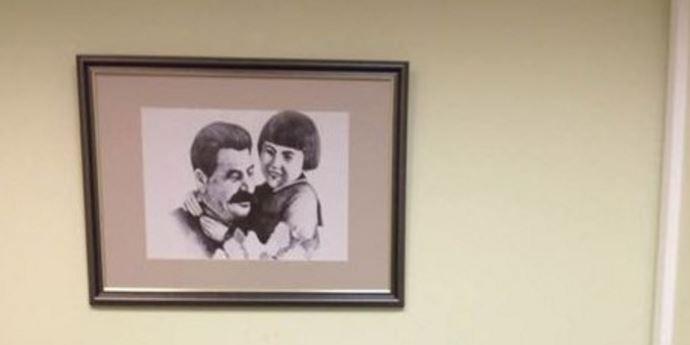 В кабинете ярославского детского омбудсмена обнаружили портрет Сталина