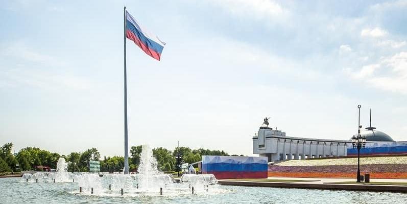 В День России над Поклонной горой подняли государственный флаг