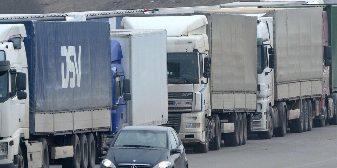 На границе России и Литвы образовалась очередь из сотни грузовиков