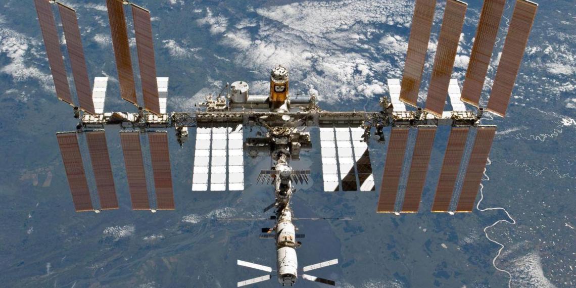 "Экипаж МКС обнаружил в модуле ""Звезда"" не менее 6 трещин"