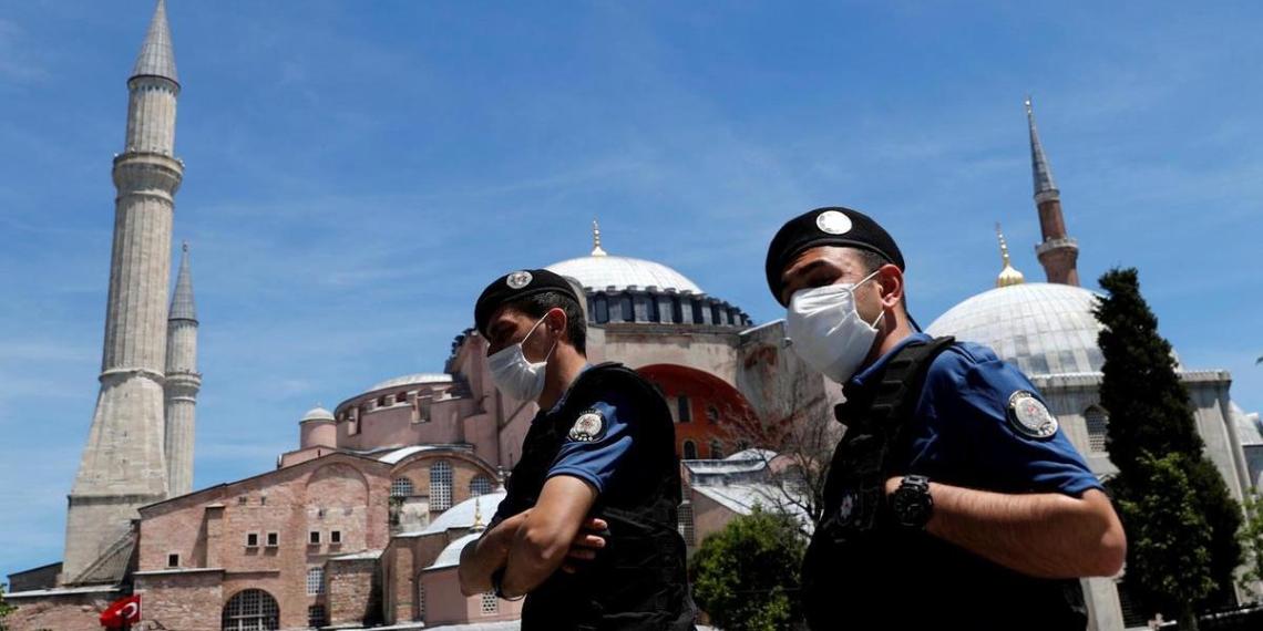 В Турции ввели комендантский час и QR-коды