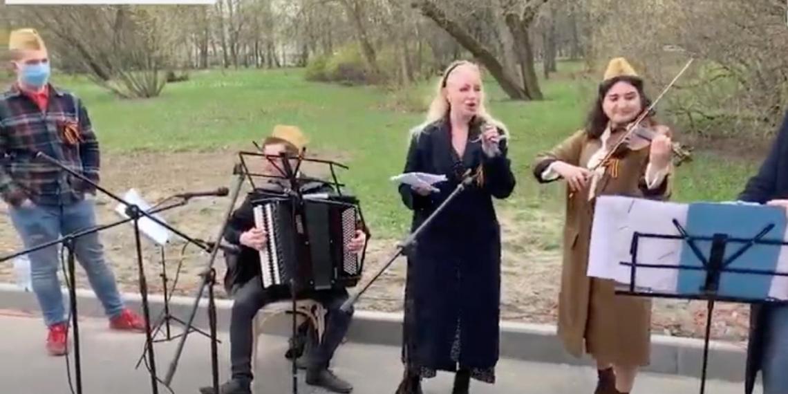 Активисты МГЕР провели концерты под окнами ветеранов