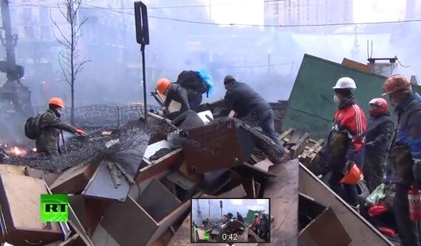 Запад диктует Украине внешнюю политику, Россия тушит пожар деньгами