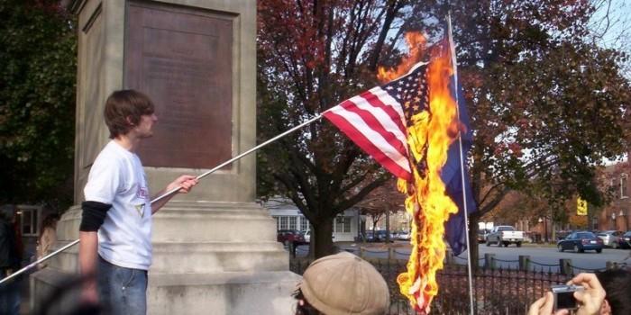 Трамп предложил лишать гражданства за сожжение американского флага