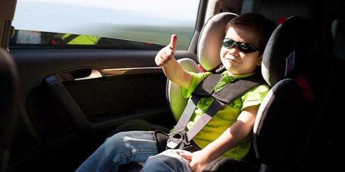 Правительство запретило оставлять в машине детей до 7 лет без присмотра