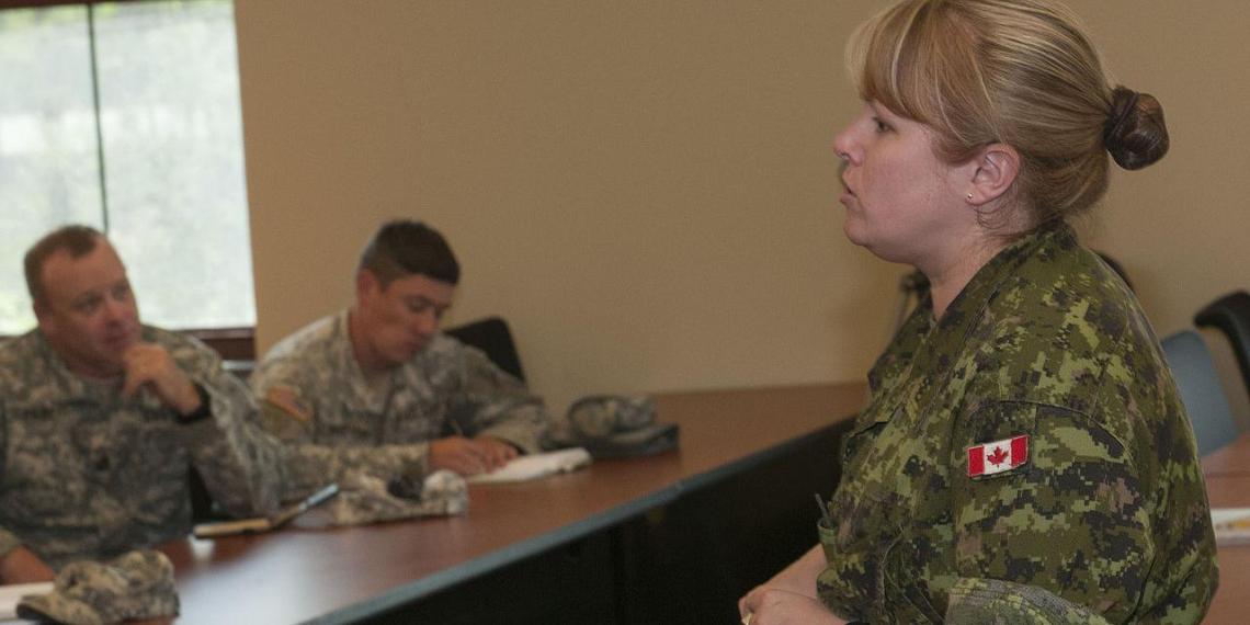 Канадское Минобороны решило увеличить число женщин в армии сокращением длины юбок и яркостью медалей
