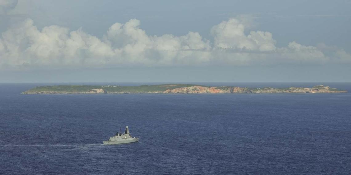 Британские военные два дня обстреливали тропический остров, чтобы продемонстрировать свою мощь