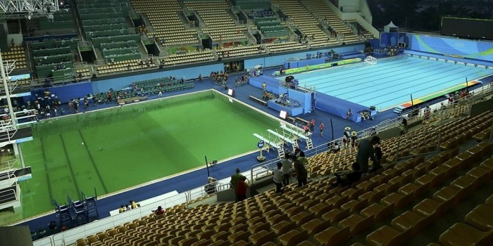 Вода в олимпийском бассейне для прыжков в Рио позеленела