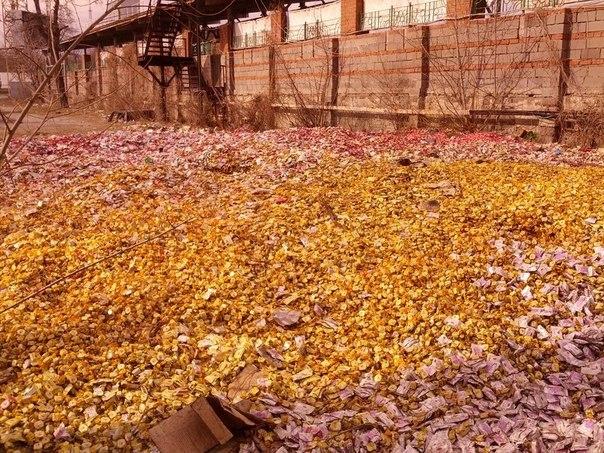 Улицу в Донецке засыпали конфетами (ФОТО)