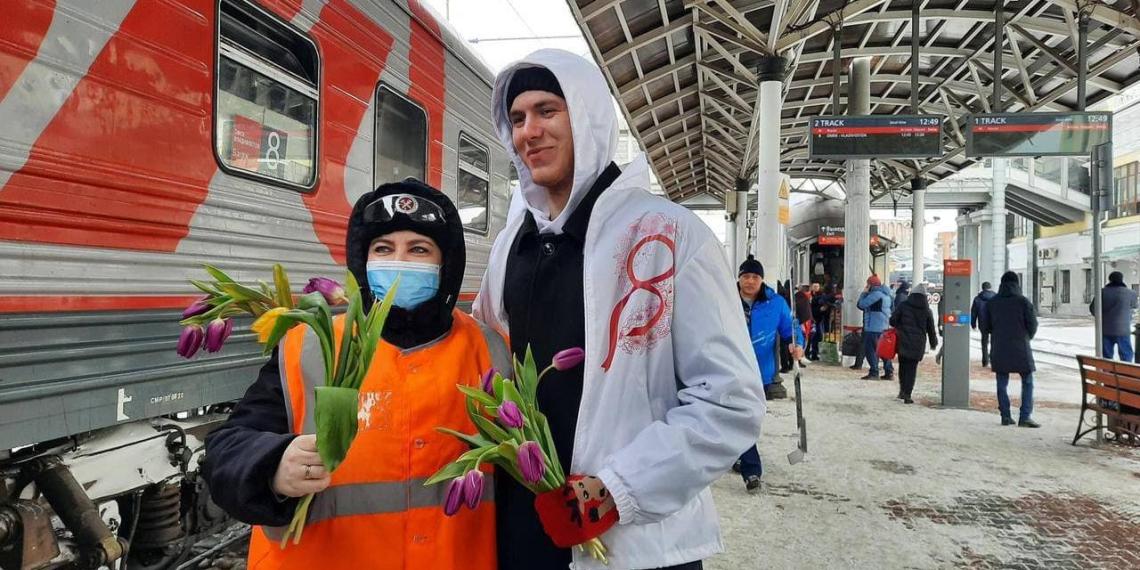 Флешмобы, шествия, оркестры и поздравления в небе: как в России отметили 8 Марта