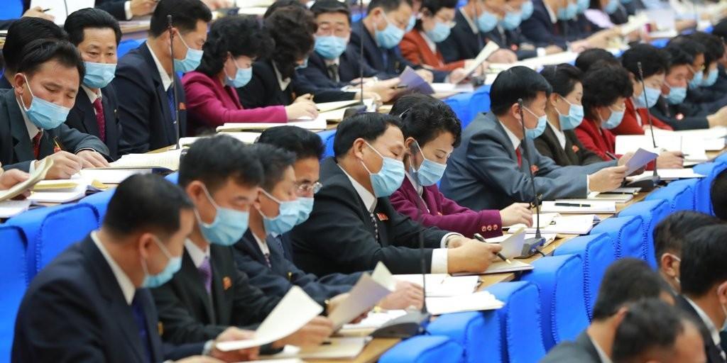 В КНДР чиновники внезапно начали носить маски спустя почти год пандемии
