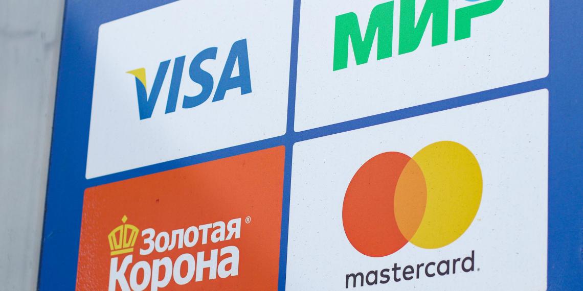 Россияне стали массово отказываться от пластиковых банковских карт
