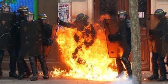 В Париже протестующие забросали полицейских коктейлями Молотова
