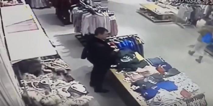 Посетитель саратовского ТЦ справил нужду в разложенную на витрине одежду