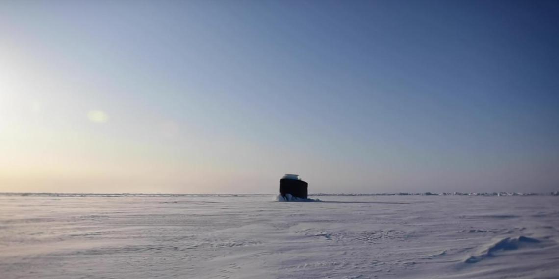 Американская подлодка всплыла у российских берегов в Арктике и попала на видео