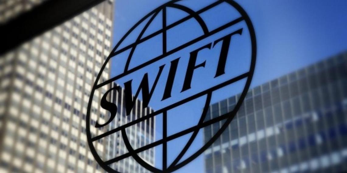 Экономист перечислил последствия отключения России от SWIFT