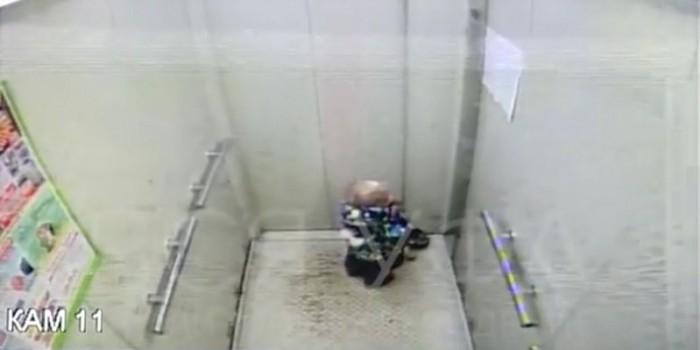 В Уфе воспитатели забыли в лифте двухлетнего ребенка