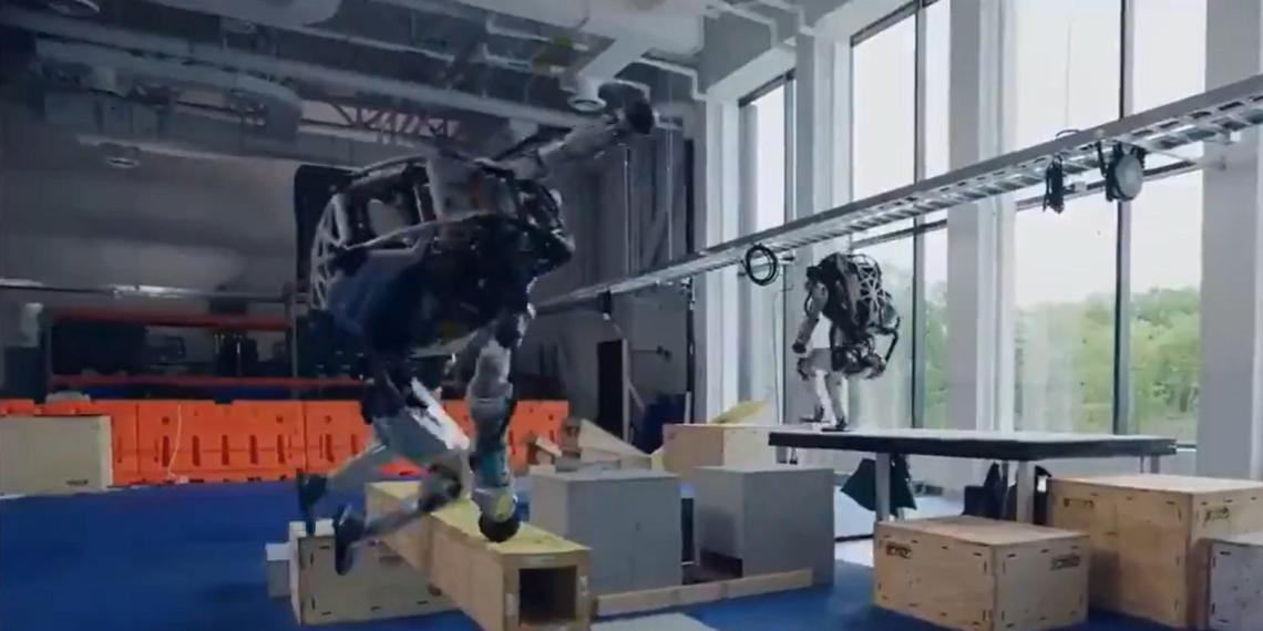 Boston Dynamics научила роботов технике паркура