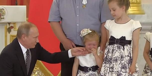 Родители объяснили причину слез 4-летней девочки на приеме у Путина