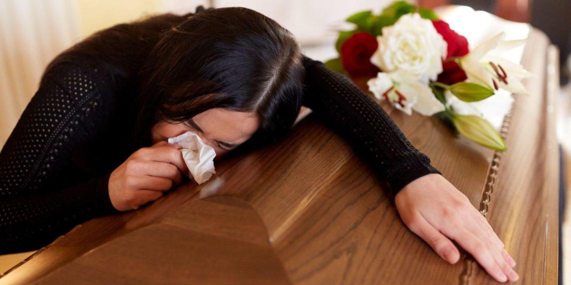 Девушка организовала фальшивые похороны жениху, чтобы обмануть его любовницу