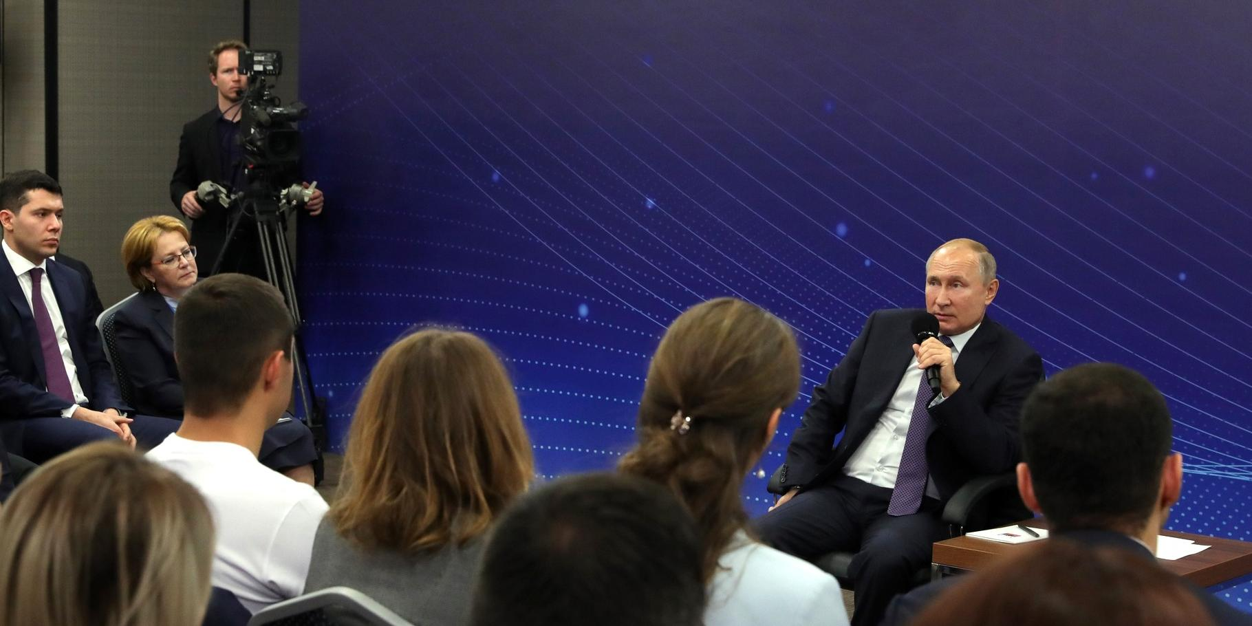 Путин обсудил с общественниками меры по увеличению мест в школах