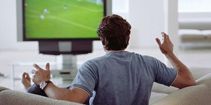 Мужчина помутился умом во время просмотра футбола и попытался убить себя гантелей