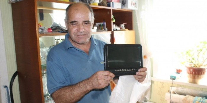 Чиновники подарили слепому жителю Сахалина телевизор