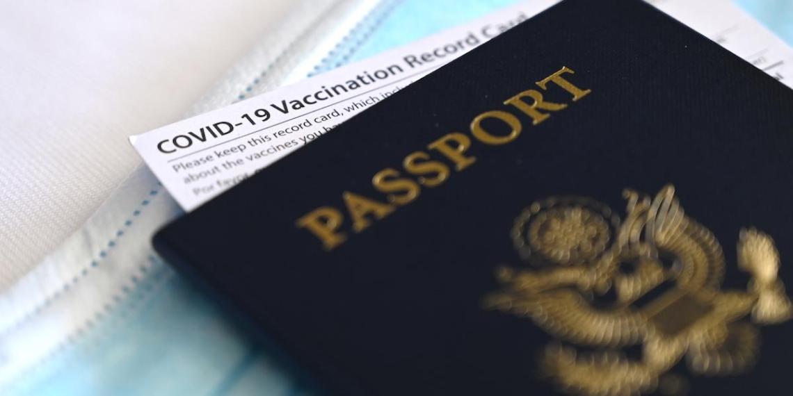 Во Франции обязали граждан иметь COVID-паспорта для посещения ресторанов и поездок на транспорте