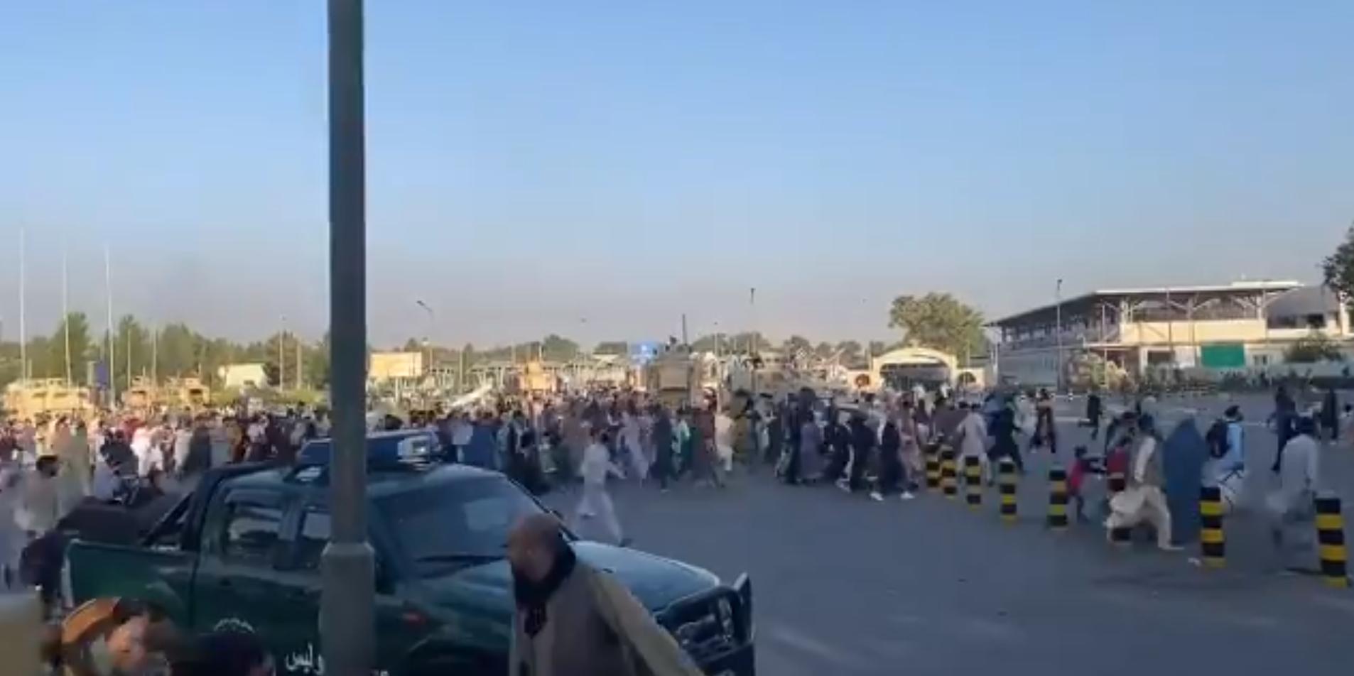 Американские военные открыли огонь по людям в аэропорту Кабула