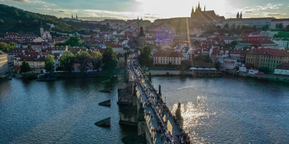 В Праге по случаю завершения карантина накрыли полукилометровый стол