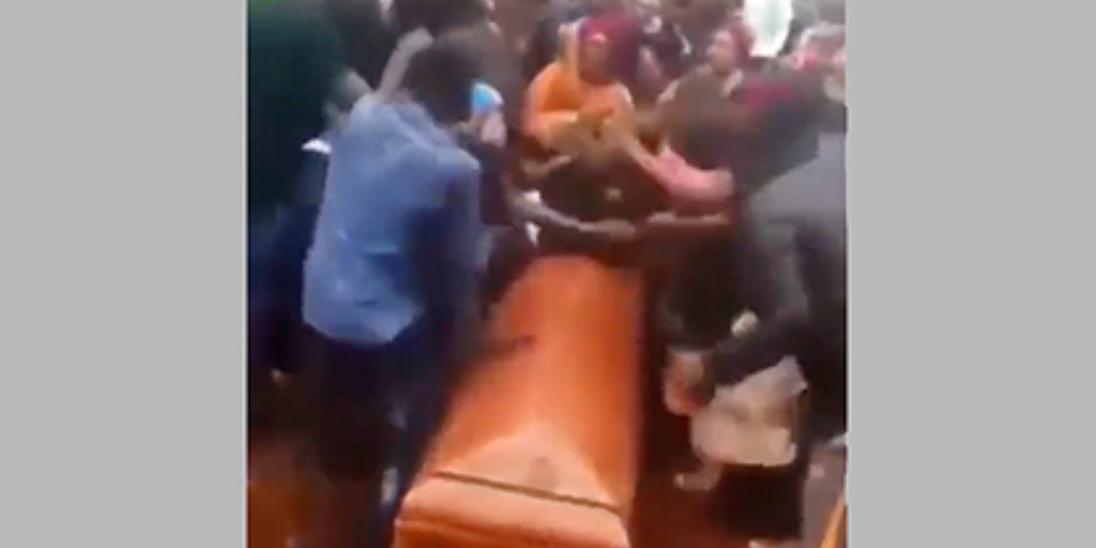 Разъяренные негры попадали в могилу, устроив массовую драку на похоронах в Камеруне