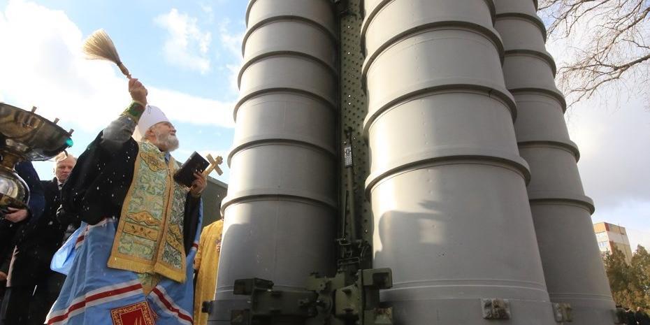 В РПЦ объяснили смысл освящения ядерного оружия