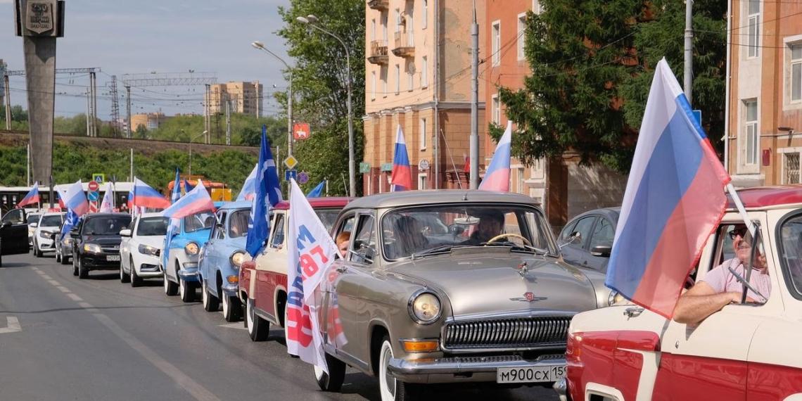 """""""Единая Россия"""" провела по всей стране праздничные флешмобы"""
