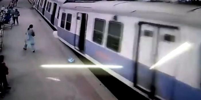 В Индии поезд взлетел в воздух (ВИДЕО)