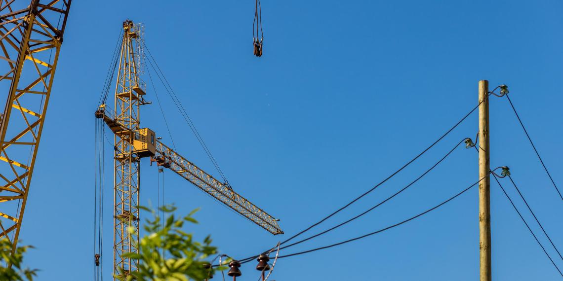 В Ленобласти строительный подъемник с рабочими сорвался с высоты 13-го этажа