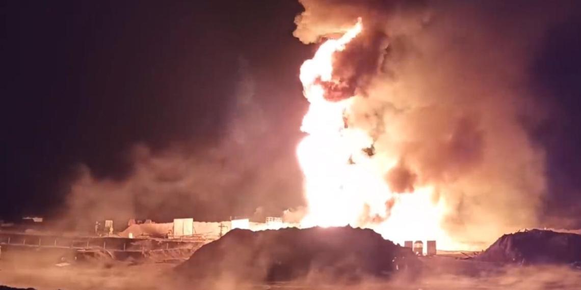 Российские военные показали, как потушить нефтяной пожар с помощью пушки