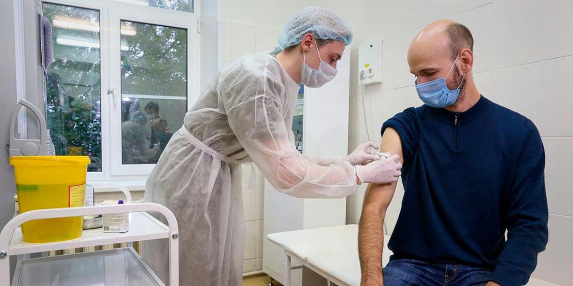 В Москве прививки от COVID ежедневно делают 10 тысяч человек