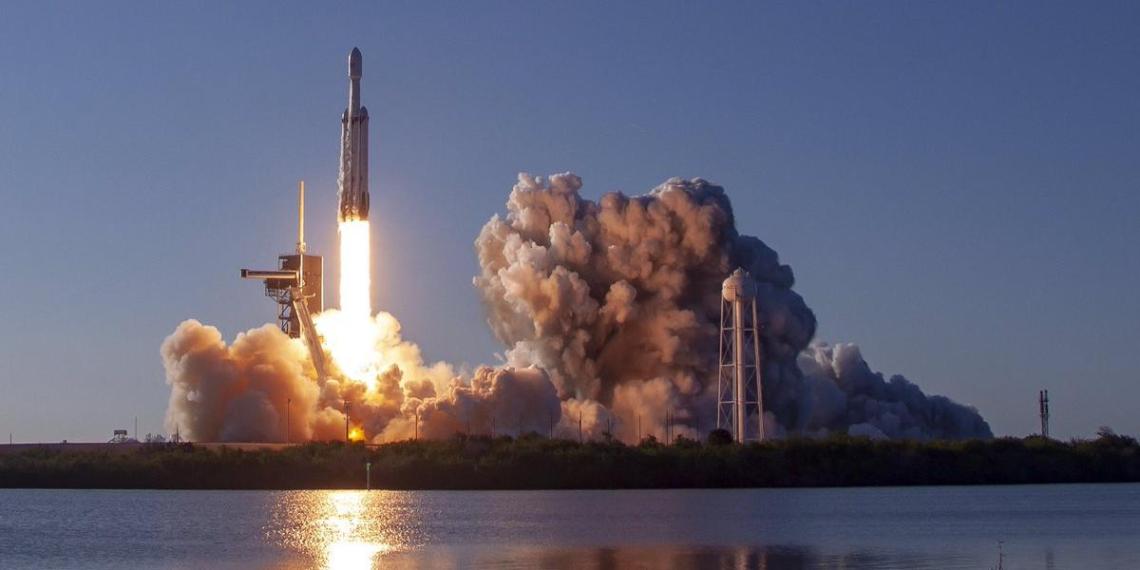SpaceX впервые провела коммерческий пуск сверхтяжелой Falcon Heavy и приземлила 3 разгонных блока