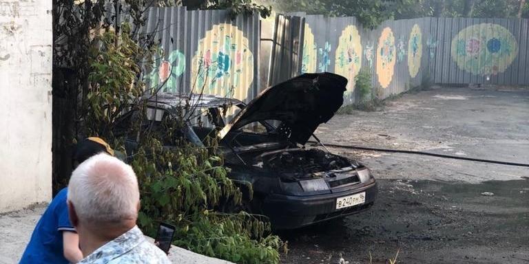 В Екатеринбурге подростки подпалили тополиный пух и сожгли машину с домом