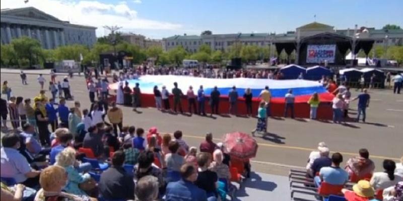 Забайкальские молодогвардейцы в Чите развернули огромный флаг России