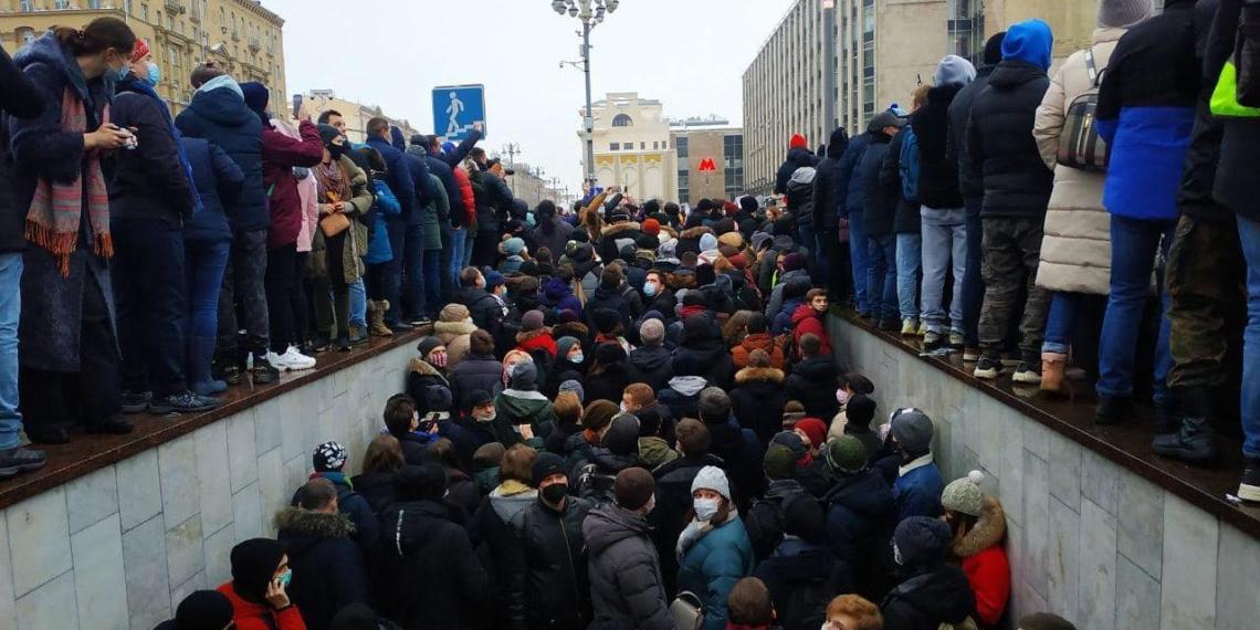ЦОДД: участники незаконной акции в Москве блокируют работу транспорта и проезд скорой помощи