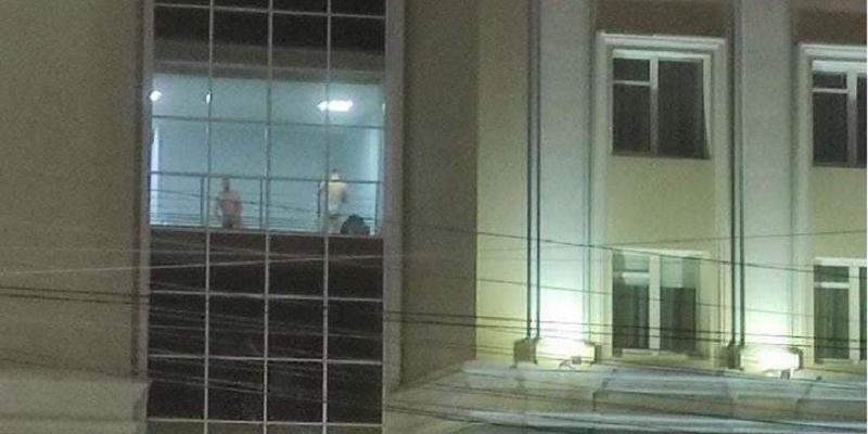 В окнах здания правительства Удмуртии засняли голых мужчин
